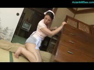 Mammīte nepieredzējošas un jāšana par guy dzimumloceklis whos stucked zem the cupboard