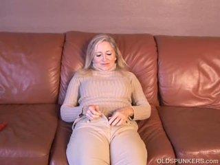Super sexy ouder dame plays met haar sappig poesje voor u