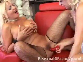 Two milfs are having seks met elk ander