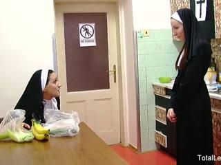 못된 nuns 놀이 와 음식 & 각각의 다른