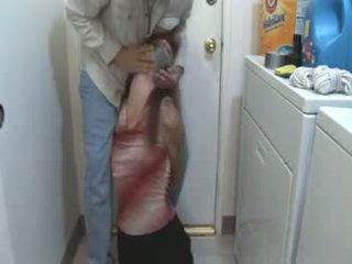 Матусі спіймана в the laundry кімната