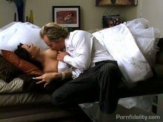 Чудова темно haired наречена gets гаряча секс дію після весілля