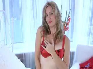 Seksuālā mammīte camilla strips uz viņai guļamistaba un tad