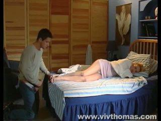 Duke fjetur karina gets një derdhje në të saj këmbë video
