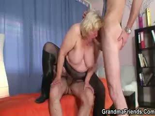 Tłusta dojrzała blondynka banged przez napalone guys
