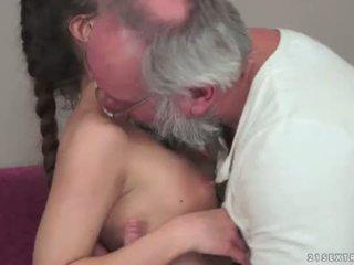 Teenie anita bellini gets fucked podle a dědeček