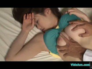 Barmfager jente soving brystvorter sucked fitte licked og knullet på den mattress i den rom