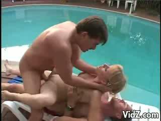 Barbara zomer dped door de zwembad outdoors