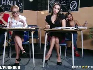 Menakjubkan rambut coklat pelajar putri seduces dia seksi rambut pirang classmate