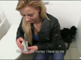 Checa puta cona fodido em público quarto de banho