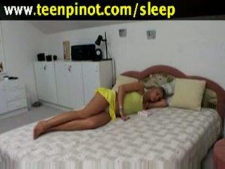 Rubia nena follada mientras durmiendo en un hotel habitación