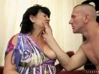 Potelée poilu vieille gets baisée