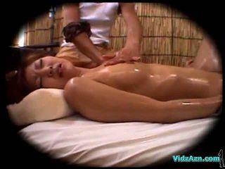 Warga asia gadis massaged dengan minyak menghisap zakar/batang fucked oleh yang masseur air mani kepada perut pada yang mattress