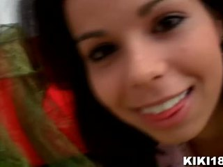 Kiki18 invites 您 到 她的 臥室 到 揭示 您 她的 小 秘密