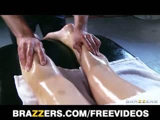 Abbey brooks gets sviestainas augšup & rubbed uz leju līdz viņai masseur
