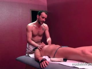 Frans milf hard anaal geneukt en facial in een massage kamer
