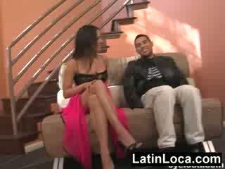 Columbian chica chick geneukt op de stairs