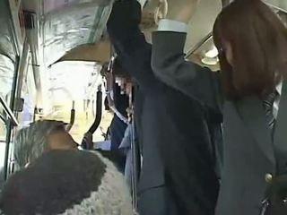 Koolitüdruk sunnitud suhuvõtmine sisse buss