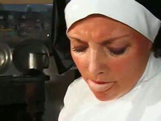 كبير chested ريان راهبة fucks & sucks