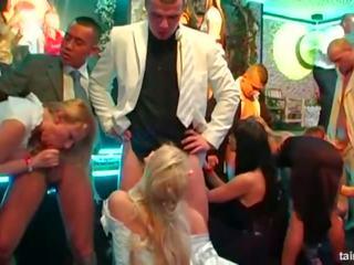 Hottie brides taking kövér cocks nál nél egy vad buli: porn da