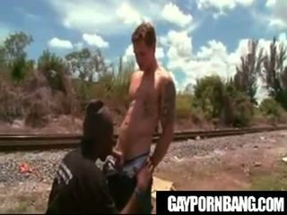 Thug gets zijn bips geneukt in publiek