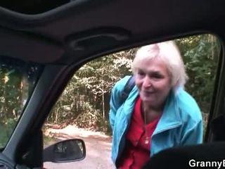 Bunicuta bet: blonda bunicuta inpulit de tineri driver