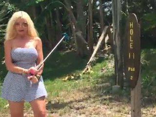 "Caliente rubia ""kelley cabbana"" fingers coño en público mini golf"