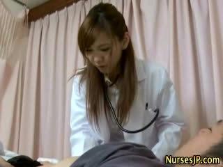 Patient gets mahirap as asyano nars examines