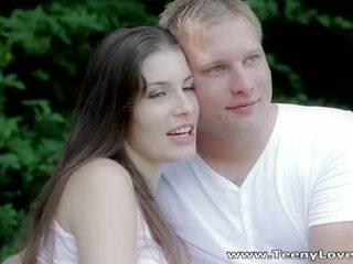 Teeny lovers: romantic זיון ב the יער