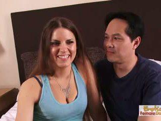 家 做 一對 薄膜 他們的 第一 色情 視頻 為 他們的 anni
