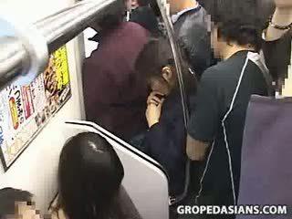 Innocent adolescente manoseada a orgasmo en tren