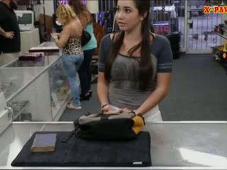 מכללה נערה selling שלה ישן textbook ו - מזוין על ידי pawnkeeper