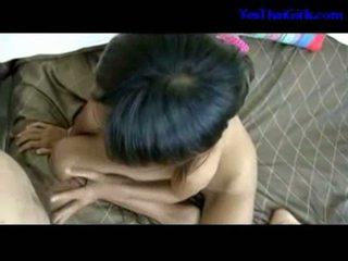 Slank thai meisje zuigen lul poesje geneukt op de bed
