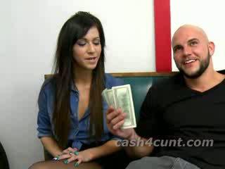 Slender si rambut coklat handles zakar/batang 4 wang selepas being bribed dan manis talked