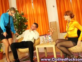 Clothed panty sluts in bril zuigen een piemel