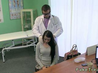 Doktor fucks Mainit buhok na kulay kape patient sa kaniya mesa
