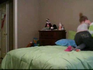 Meitenes wresling uz gulta