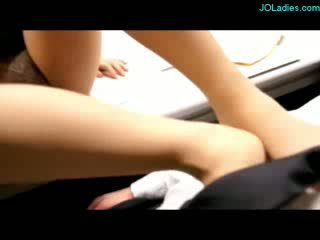 Kantoor dame in panty giving voetjob sperma naar benen in de kantoor