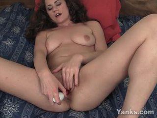 Beauty alex masturberen haar poesje met speelbal