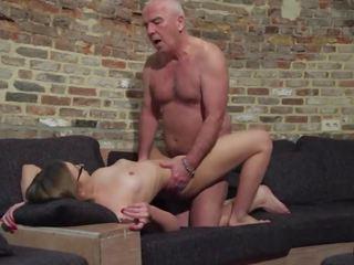 Старий і молодий порно - дідусь fucks підліток манда fingers її twat і кінчання