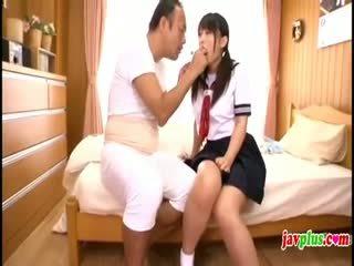 Ιαπωνικό innocent κορίτσι του σχολείου seduced με γριά άσχημος/η θείος
