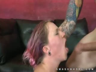 Dyed שערה פאנק אקסטרים קשה דרך הפה סקס