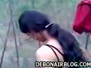 Indisk jente stripping naken outdoors getting klar