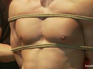 Sexy latim stripper é humiliated e used como um sexo object em frente de um hooters crowd.