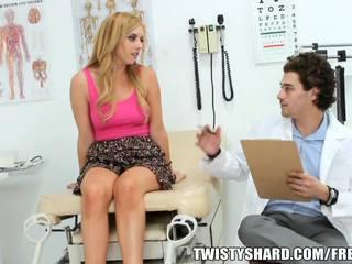 Lexi belle visits tema arst kuni olema a professionaalne opinion onto tema jugs