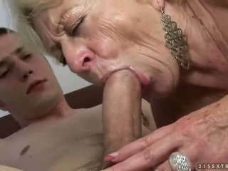 Бабичка и момче enjoying трудно секс