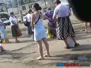Mysl blowing nahoru sukně ne panty nadržený pohled