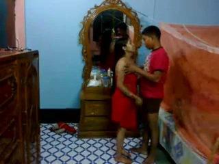 Honeymoon indiano pair in loro stanza da letto