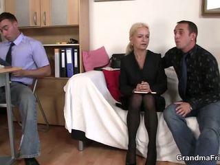 Pair chaps dalintis suaugę blondinė į the ofisas