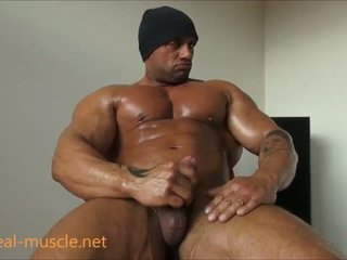 Người hai giới bodybuilder masturbates
